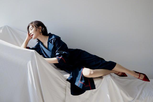 佩服陈数,穿深蓝色风衣裙还曲腿坐,配丝绒高跟鞋美腿更撩人了