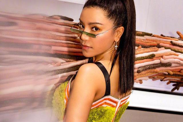 当江映蓉遇上紧身连衣裙,终于知道为什么身材那么凹凸有致,真美