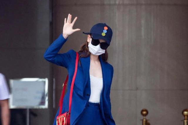 戚薇日常穿搭气场十足,一身蓝色单品清新又霸气,这竟然是辣妈?