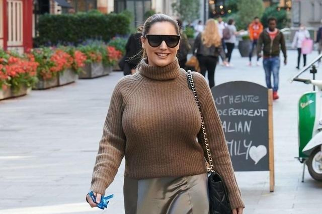 凯莉·布鲁克穿长袖针织衣搭亮面裙秋意满满,墨镜白鞋休闲十足!
