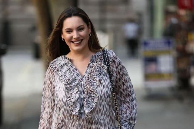 凯莉·布鲁克穿灰色大领连身纱裙轻松减龄,笑容甜美显亲和力!