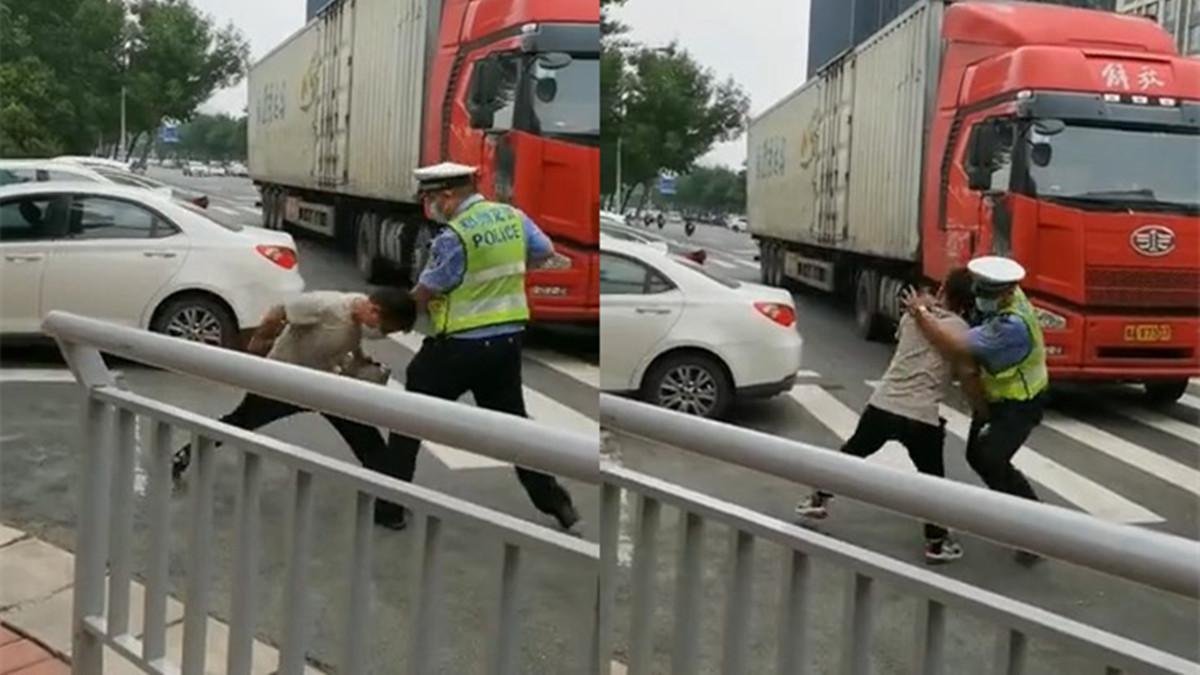 """货车司机被罚使出""""铁头功"""" 连撞交警4次后被撂翻按地"""