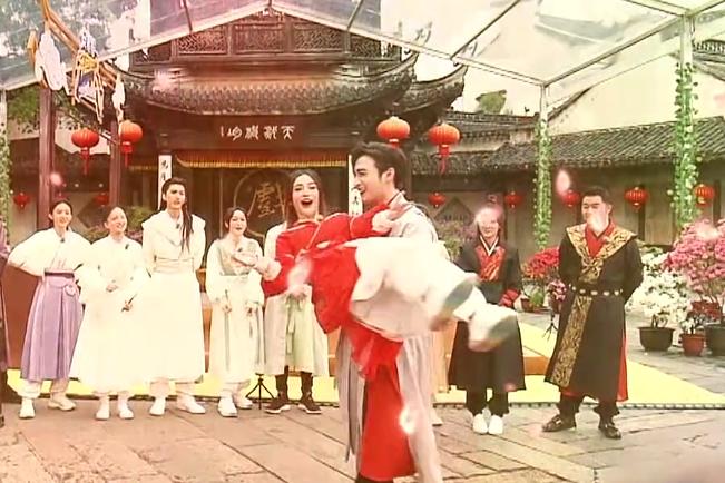 杨颖与张彬彬扮貂蝉与吕布,大方公主抱,隔空证实与杨幂仍是闺蜜