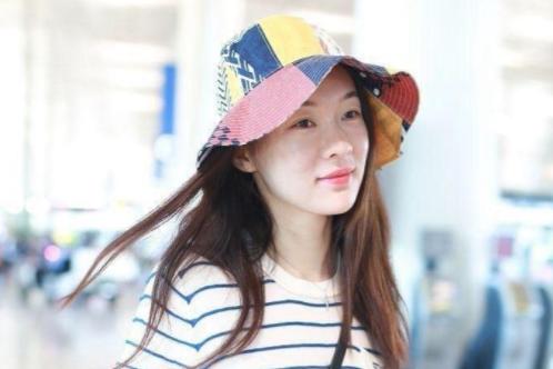 霍思燕被杜江宠着真幸福,素颜走机场,穿条纹T配渔夫帽像小姑娘