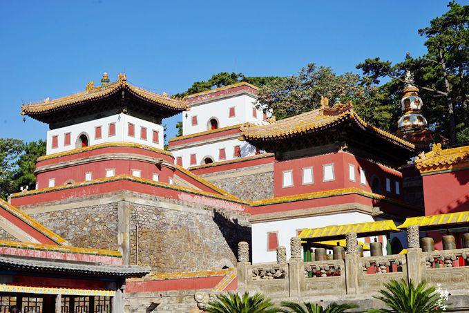 承德外八庙第一座皇家寺庙,是世界遗产,藏有世界最大的金漆木雕