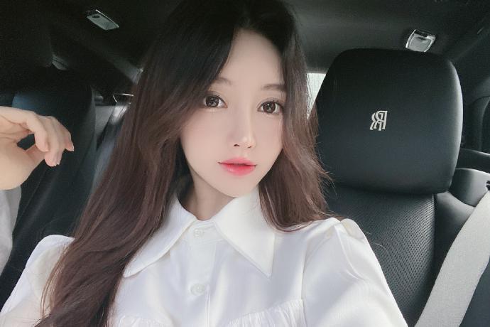 网红美女模特开劳斯莱斯去餐厅吃饭美照