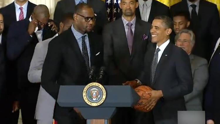 奥巴马总统站在演讲台上,手里捧着一个篮球,又一位篮球爱好者!