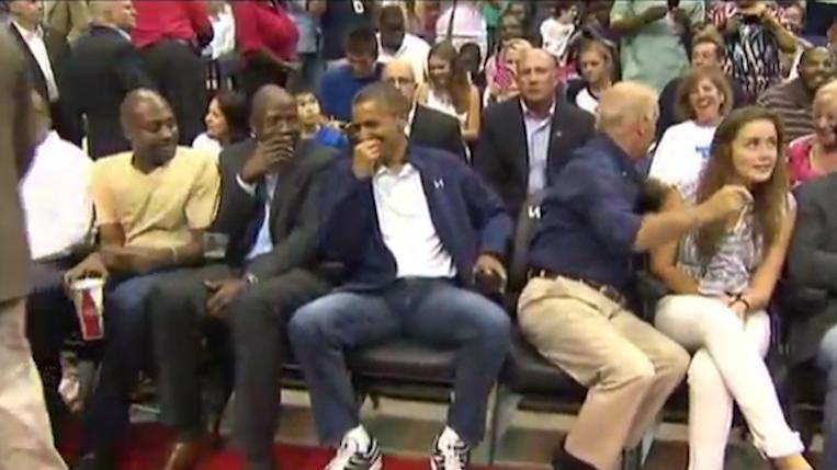 奥巴马总统现身篮球场,被旁边黑人一眼认出,可把他激动坏了!