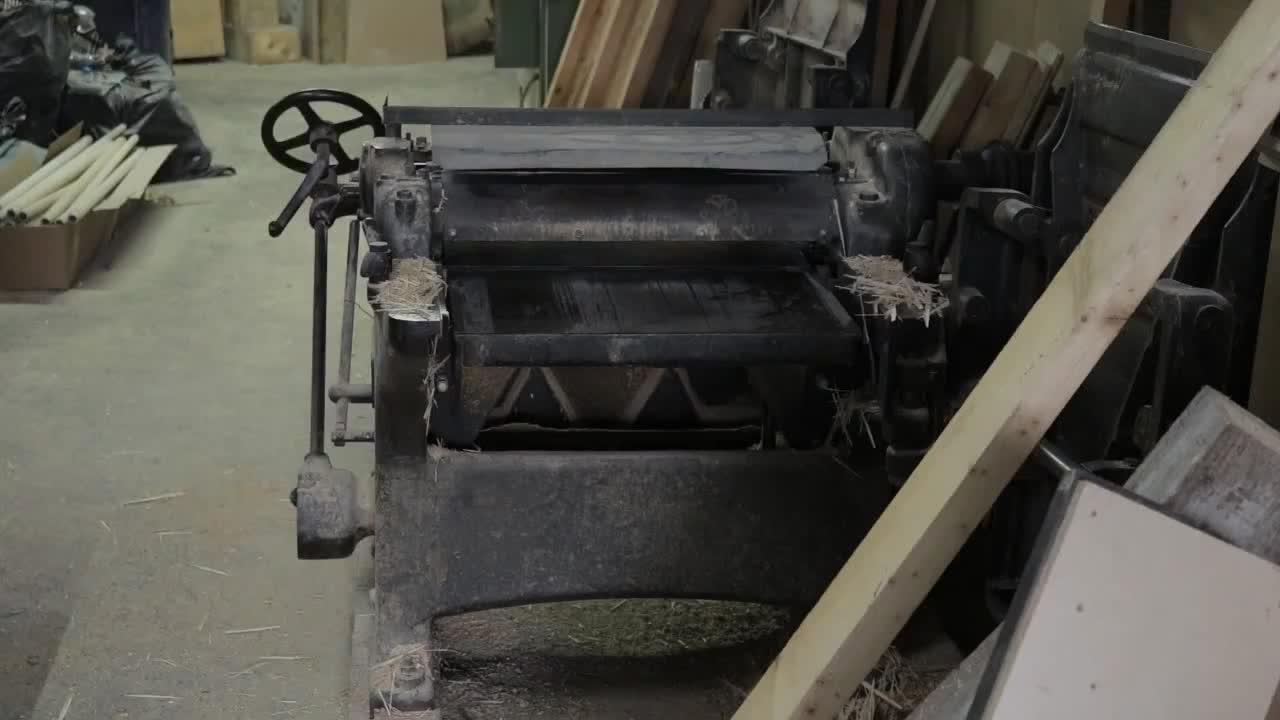 上百块方木粘在一起再用火烧一下制作出造型独特的咖啡桌