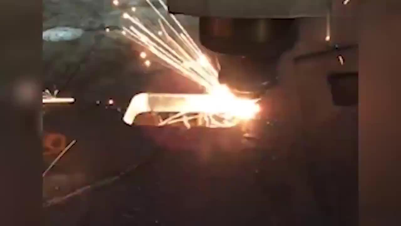 实拍惊人的激光切割钢板的过程,网友:就像切豆腐一样!
