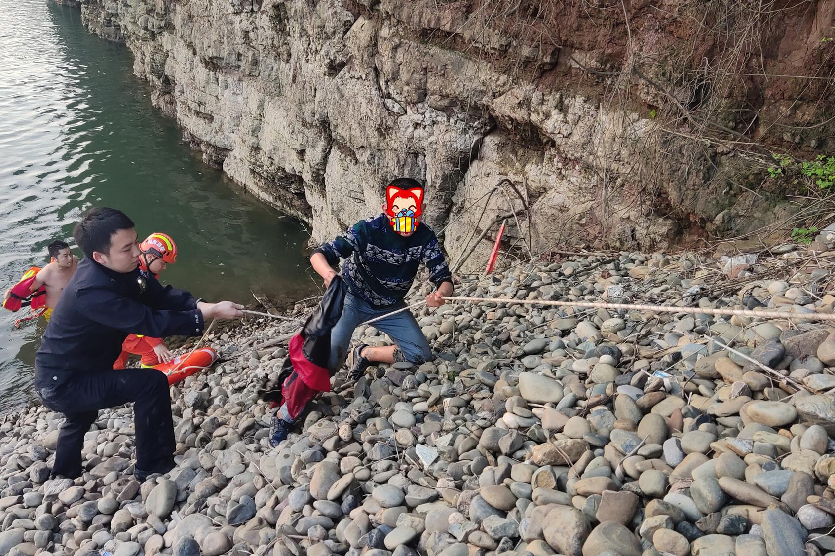 沅陵公安:救助被困岩壁的男孩