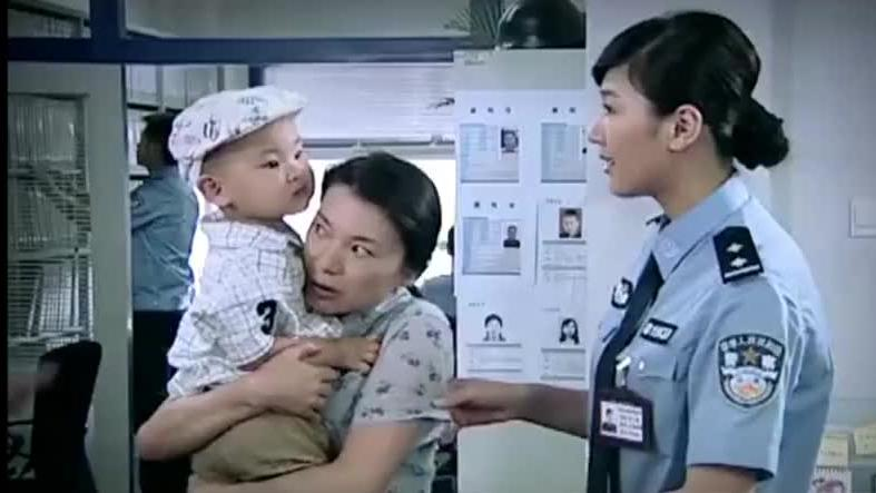 妇女钱包被偷,去做笔录,不料警察一看她抱的孩子手法察觉不对劲