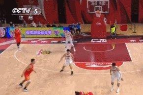 布克卢艺文滑倒受伤,广东六得分上双,赛季四胜深圳但未来看空