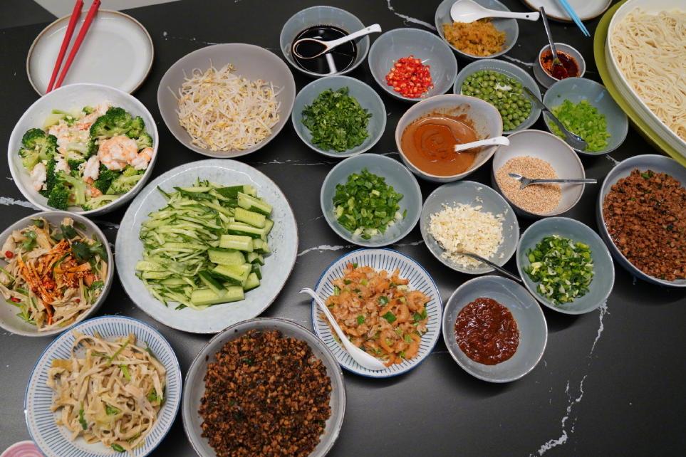 孙莉晒黄磊做的面食,光配料就20多盘,网友:吃出满汉全席的感觉