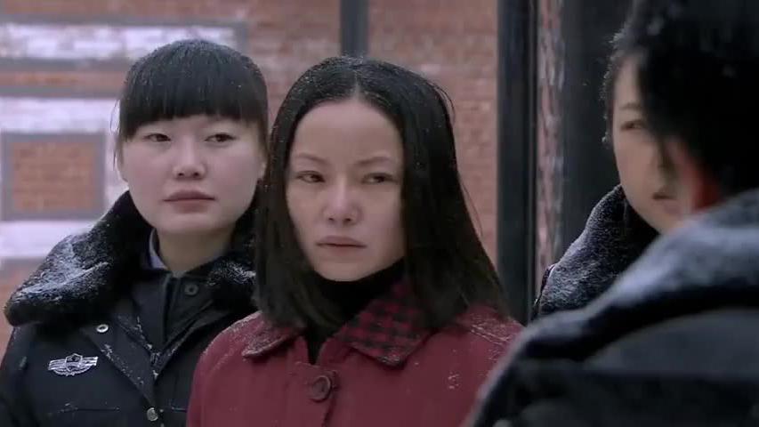 女囚将被执行死刑,3岁的女儿大雪天为妈妈送行,真感人