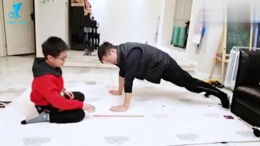 杨威全家挑战身体协调性,杨云与杨阳洋动作神同步,默契满满