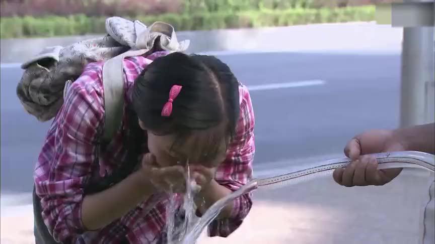 姑娘在城里装垃圾挣钱,看见有人拿水管浇地,上去借水洗脸