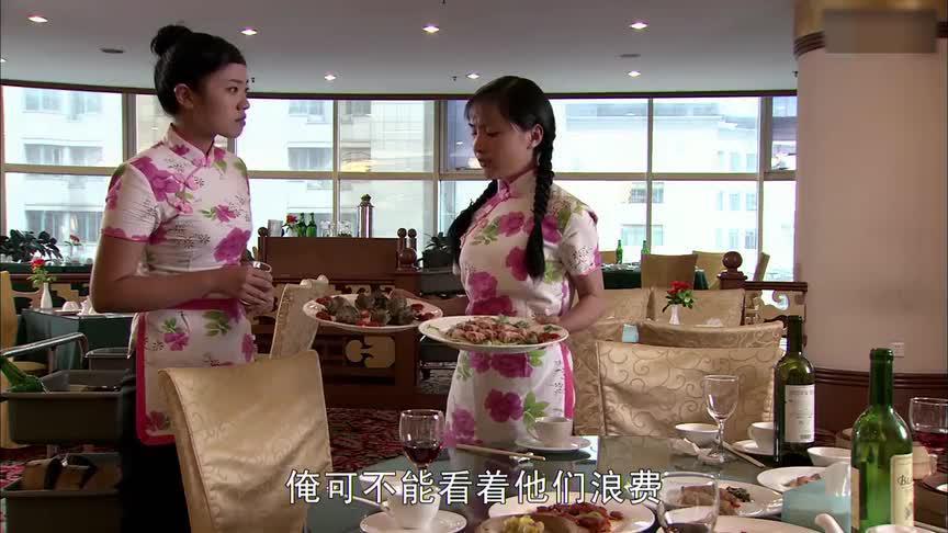 姑娘在饭店当服务员,看不得客人浪费食物端着两盘菜就去找厨师长