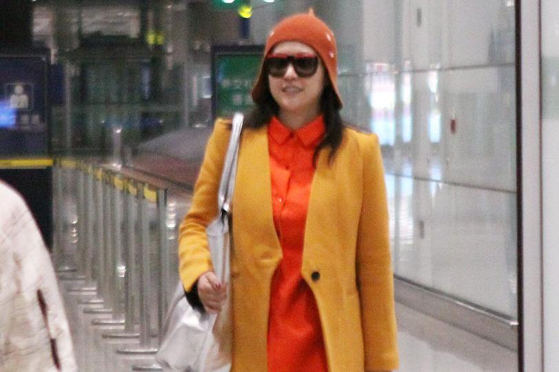 郝蕾为博眼球真是拼,一身鲜艳色彩穿搭走机场,一般人穿不出气场
