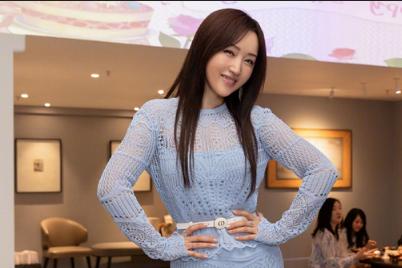 杨钰莹庆祝50岁生日,对着镜头比心卖萌,穿裹身鱼尾裙秀热辣曲线