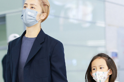 黄磊孙莉携女儿现身机场,7岁多妹自己拎行李,气质文艺撞脸妈妈