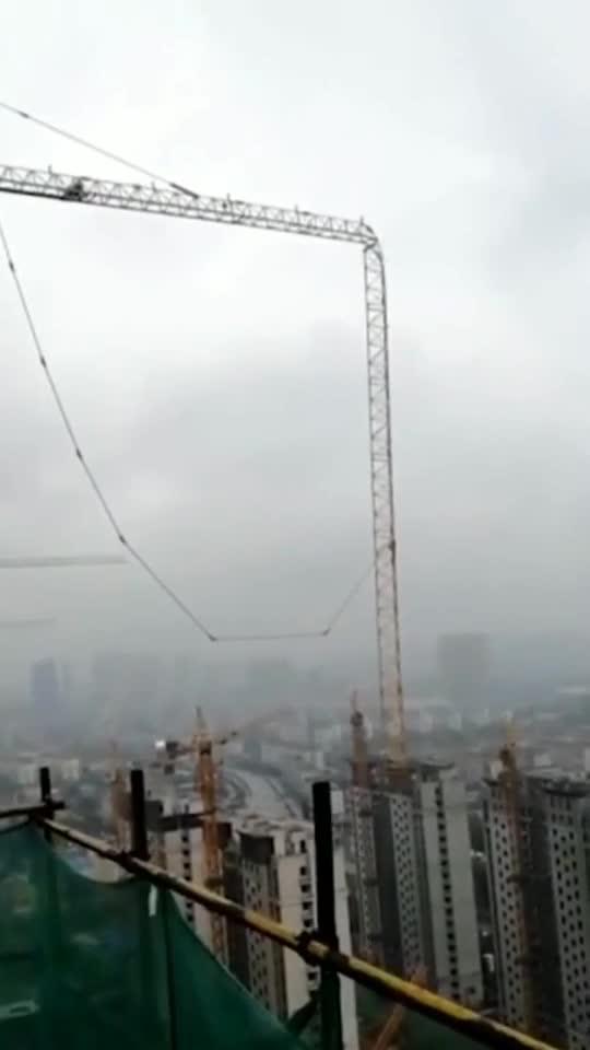塔吊吊重物超载,吊臂直接被折断,想想都害怕