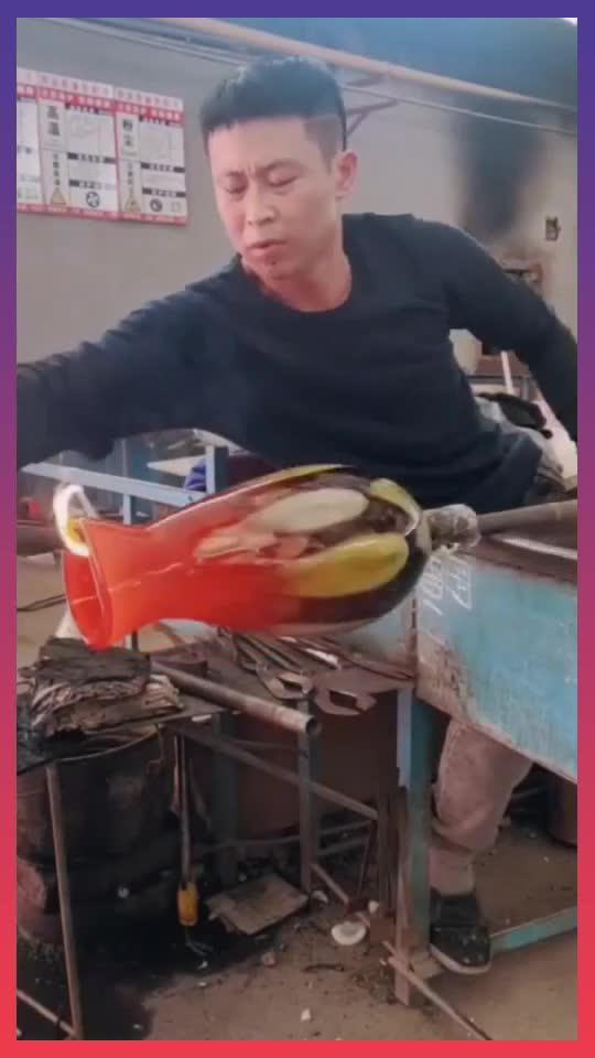 师傅在制作玻璃花瓶,他捏瓶口的姿势,可真是太专业了!