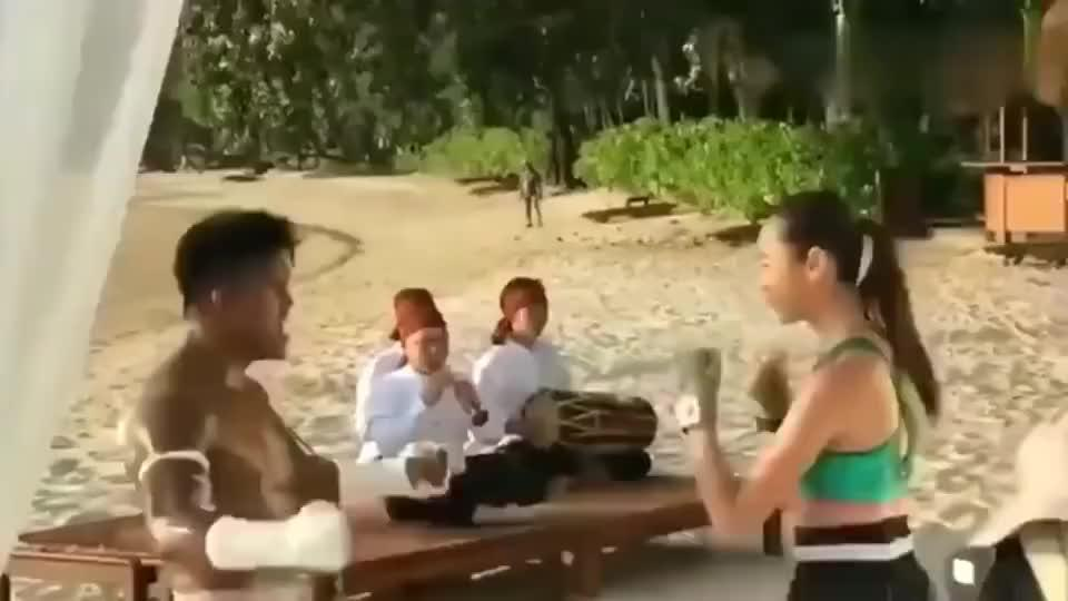 泰拳王子播求:妹子我让你打一百拳,我就打你一下,你别跑!