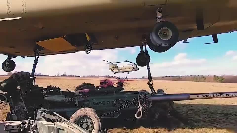 用CH-47直升机奇努克吊起M777火炮,原来火炮都是这么转移!