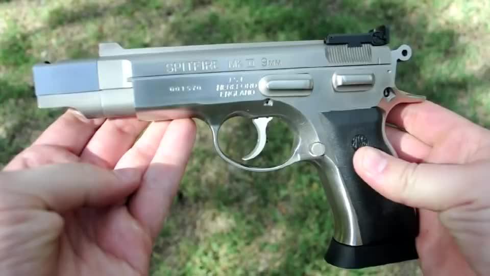 采用9mm口径弹药供弹:造型独特的半自动手枪靶场射击测试