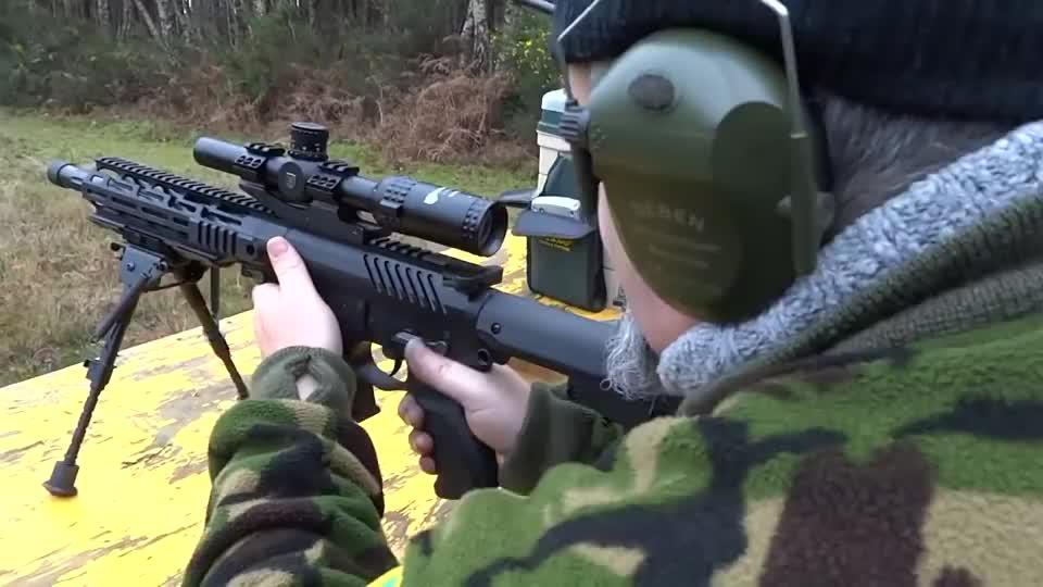采用9mm口径弹药,配备瞄准镜的小口径步枪靶场射击测试