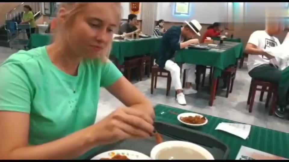外国美女走遍中国后终于明白,中国南北方的早餐差异太大了!