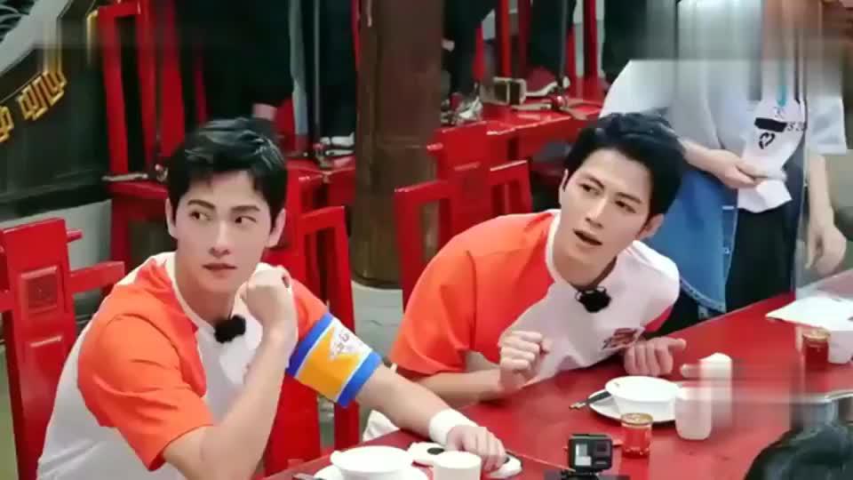 蔡国庆吃火锅众人猜食材,全被王鹤棣猜中,杨洋高兴坏了!