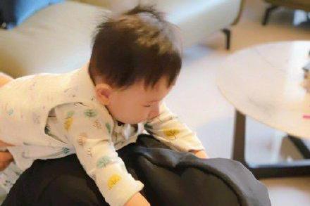 陈小春小儿子近照曝光,哥哥玩手机惹弟弟不满 ,应采儿发文吐槽