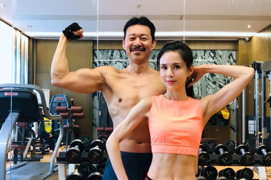 李若彤与张丰毅炫肌肉,两人搭档健身显默契,男方长一身腱子肉