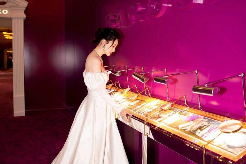 李小冉穿泡泡袖连衣裙出席,能够修饰手臂的曲线,又显得高级优雅