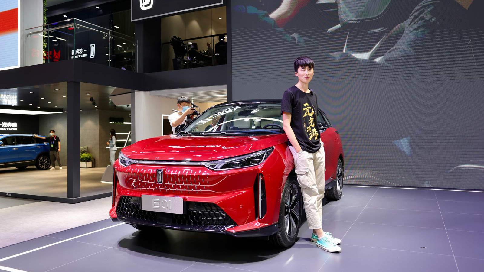 """视频:【视频】奔腾""""触电""""E01惊艳,这款中型SUV带你体验""""二次元"""""""