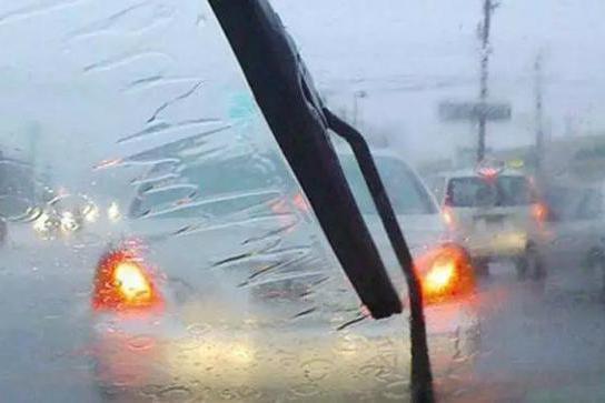 车秒速拾陆拍了拍你,有份《雨季用车宝典》请你签收