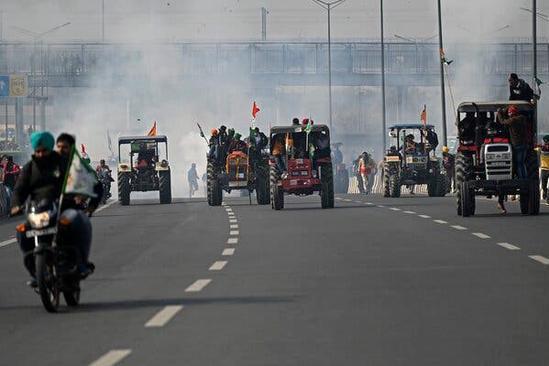 """""""共和国日""""当天首都大乱!印度农民封锁新德里,大闹阅兵式"""