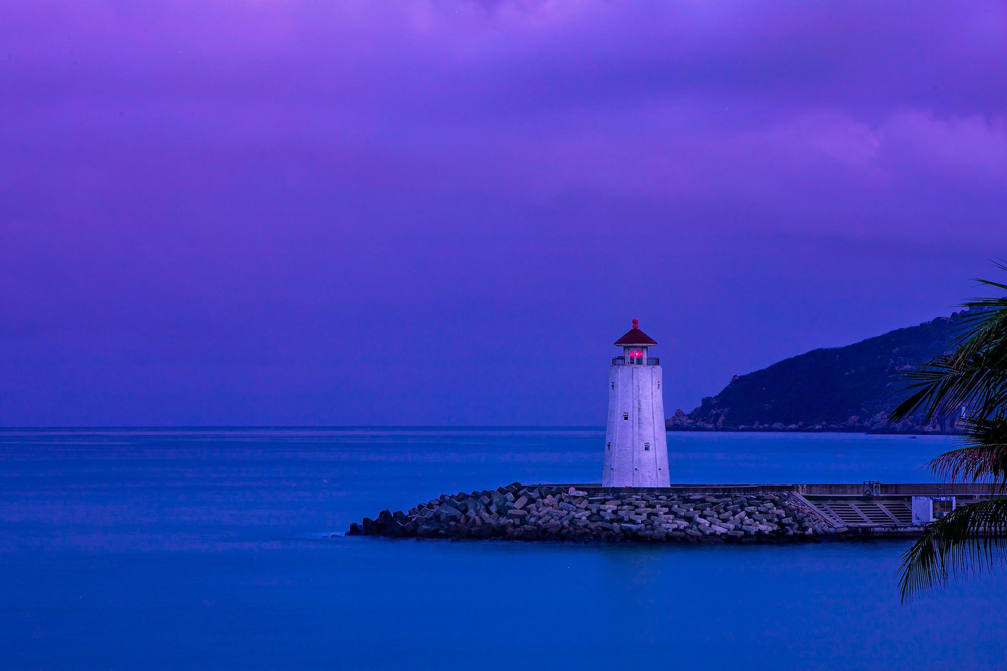 每次看到海中间那个白色的灯塔,我就知道那里就是三亚瑞吉酒店了