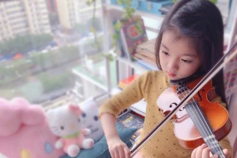阿拉蕾长发及腰穿公主裙,对琴谱认真拉小提琴,被赞多才多艺!