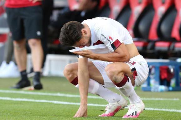 96分钟绝杀!前德甲冠军神奇保级,球员庆祝如夺冠,赛后哭成泪人