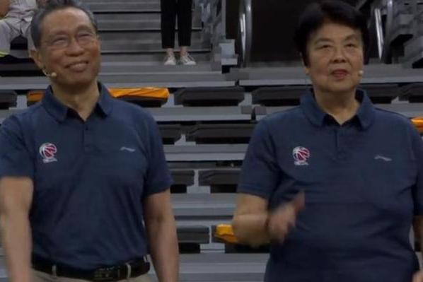 最受尊敬观众!钟南山夫妇亲自观赛CBA,全场掌声轰动