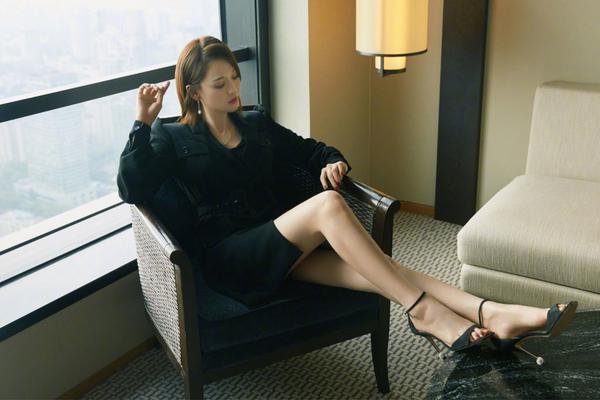 陈乔恩终于美回来了,穿西装裙身材太好了,马蜂腰中年女星里少见