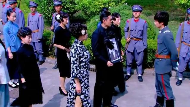 佳人:邵峰对岳父赶尽杀绝,竟让怀孕嫂子独自扶灵出殡,没良心