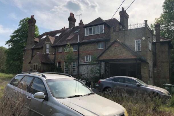 英国废弃豪宅被小偷盯上,神秘主人去哪了?为什么尽配些廉价家具