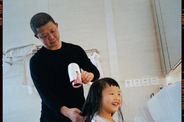 姚晨为女儿茉莉剪刘海,晒曹郁为女儿吹头发画面老公表情抢镜