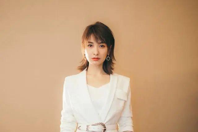 逆龄生长女星吴昕,白西装秀优雅知性范,瘦下来的美就是不一样