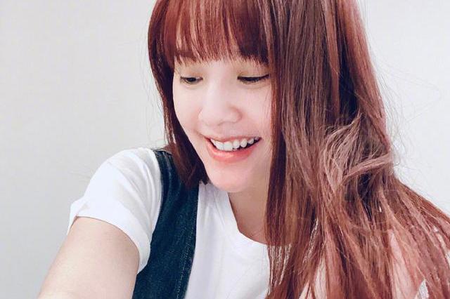 杨丞琳真的惊艳我了,穿T恤牛仔裙配齐刘海,娇嫩十足哪像36岁