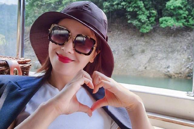 42岁刘涛太迷人,穿双排扣西装戴渔夫帽,双手插兜霸气似女王